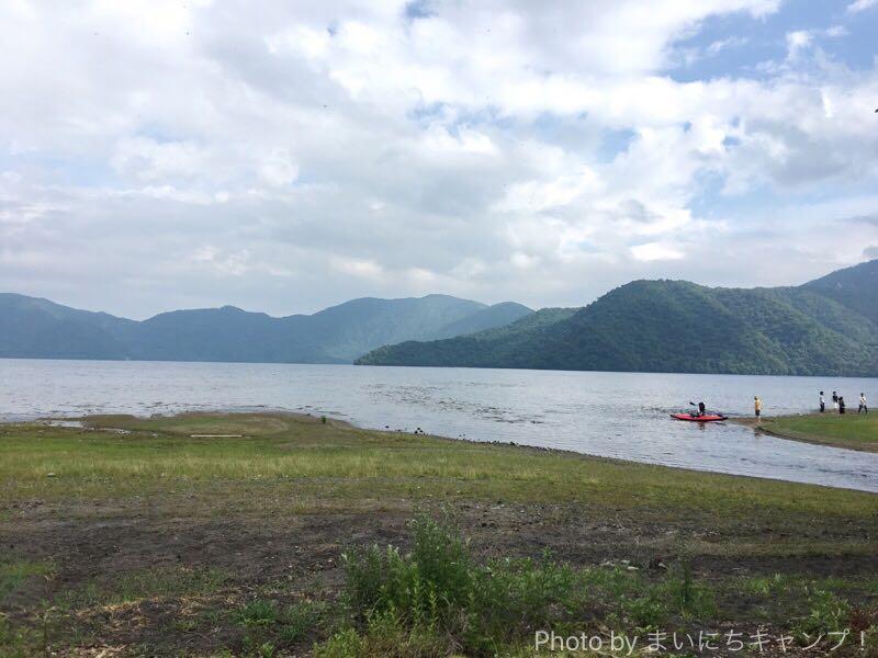 菖蒲ヶ浜キャンプ場からのぞむ中禅寺湖