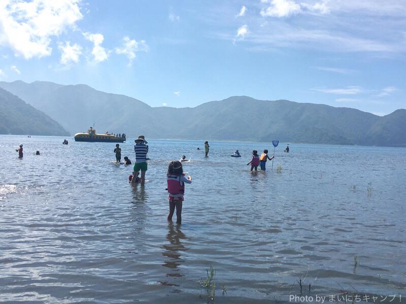 本栖湖で湖水浴