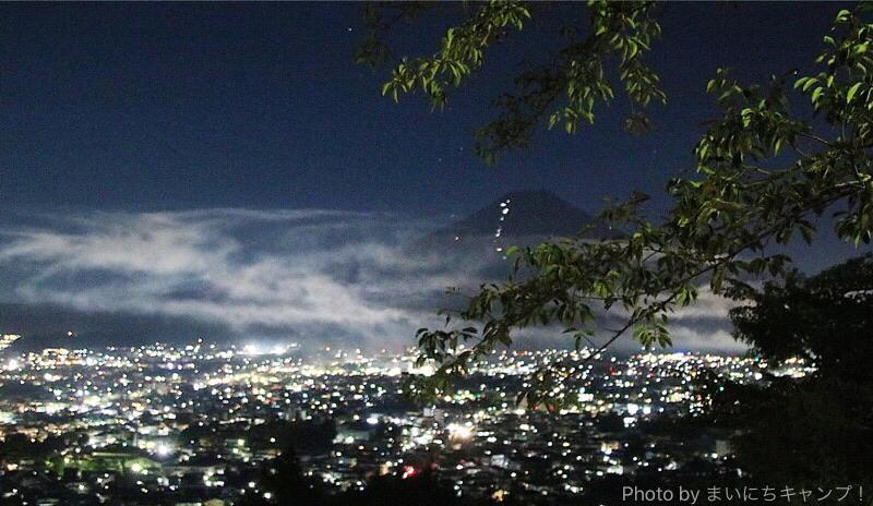 富士吉田と富士山の夜景